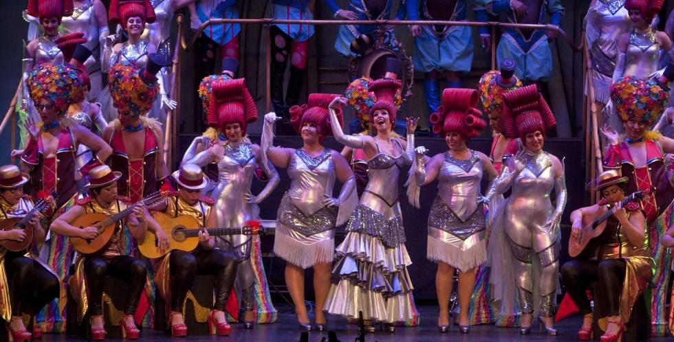 El coro 'La reina de la noche' en el concurso de agrupaciones carnavalescas de Cádiz.