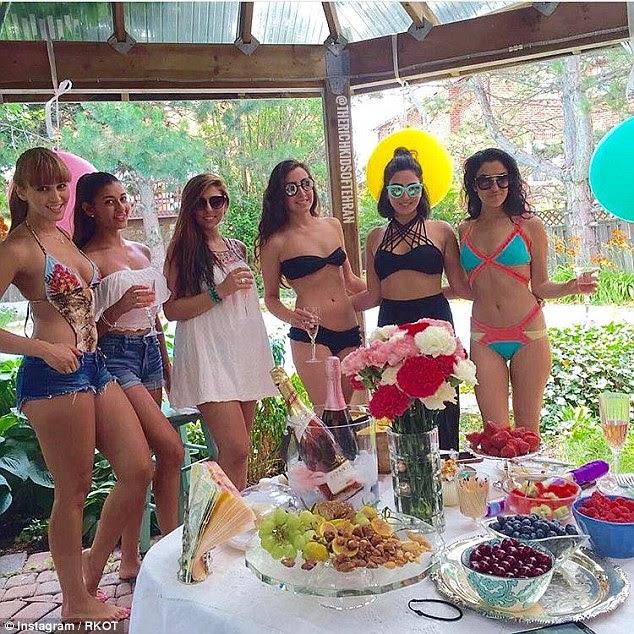 Aqui um grupo de meninas em biquínis aproveitar o champanhe potável de alta vida em uma festa na piscina