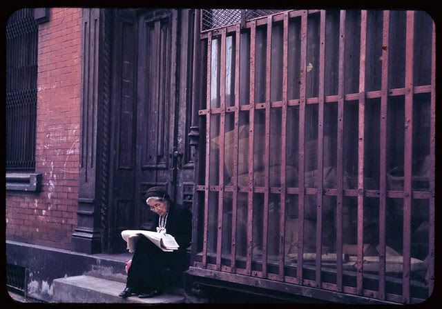 old-lady-reads-sunday-paper-lower-east-side-1942