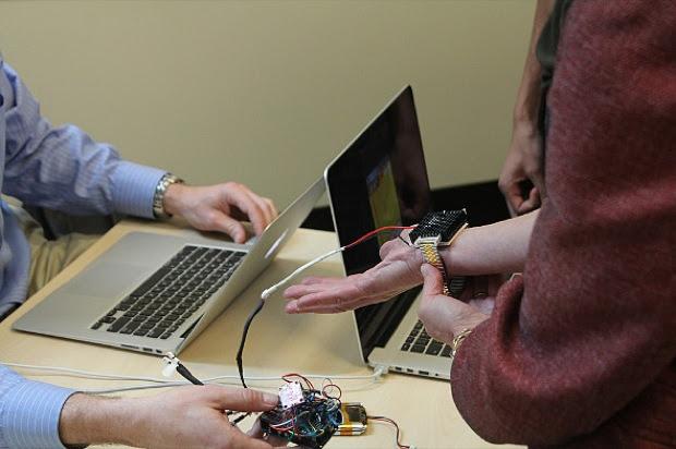 Resultado de imagem para Saiba como funciona pulseira que promete substituir o ar condicionado FOTOS