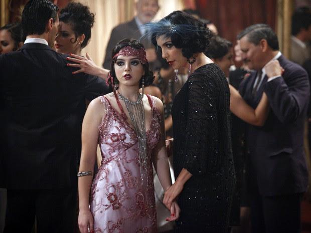 Maria Machadão guia Lindinalva pelo salão (Foto: Gabriela / TV Globo)