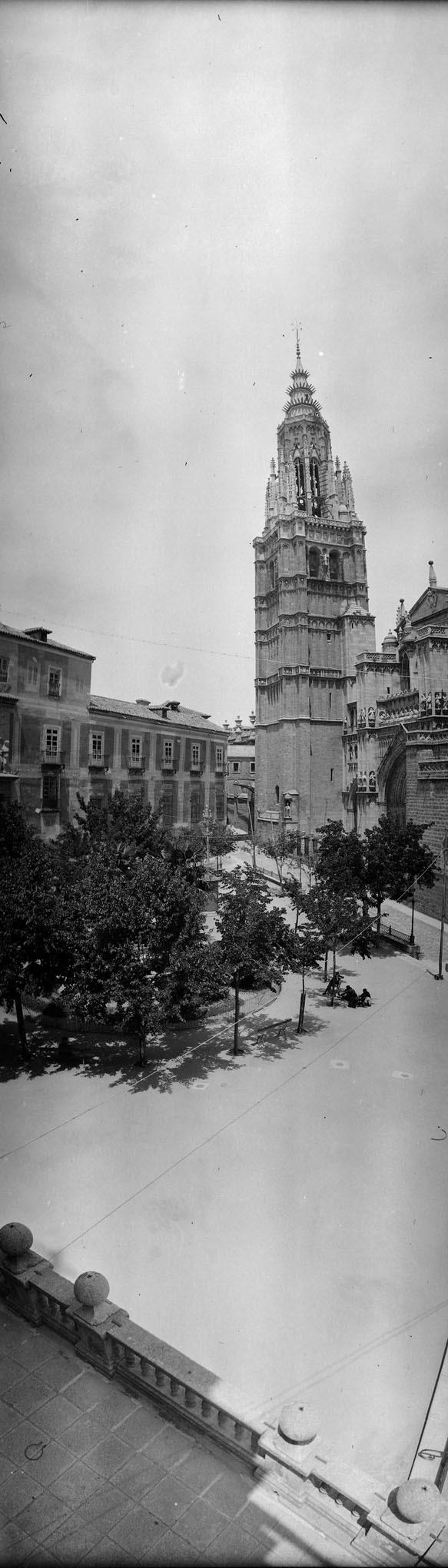 Panorámica vertical de la Catedral de Toledo desde el Ayuntamiento en 1921. Fotografía de José Regueira. Filmoteca de Castilla y León.RESEP-195