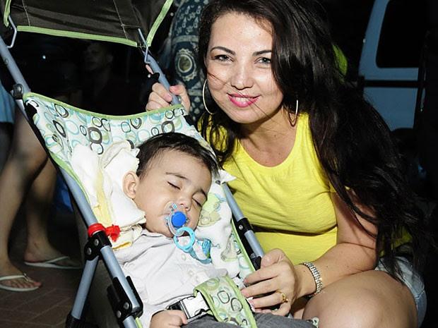 A advogada Ana Mônica Vasconcelos veio para praia para que o filho de nove meses veja os fogos; só falta Arthur acordar... (Foto: Adriana Noya / G1)