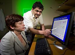 Martha Morris y Jacob Selhub examinan datos en una computadora. Enlace a la información en inglés sobre la foto