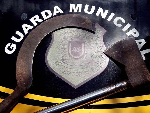 Foice e machado do menor detido em Volta Redonda (Foto: Divulgação/Guarda Municipal VR)