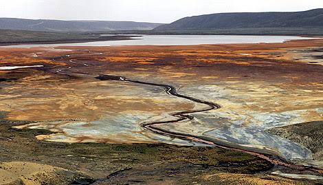 El bajo nivel del agua de la presa de Milluni, en Colombia. |Efe