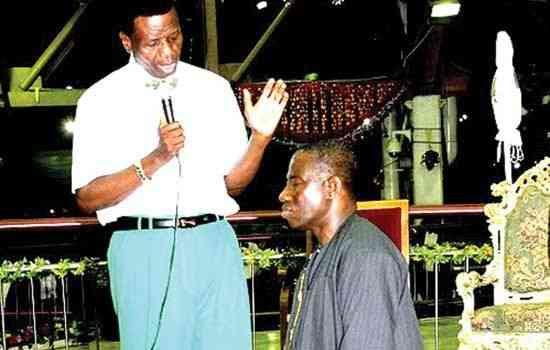 Adeboye praying for Goodluck Jonathan while he is kneeling down