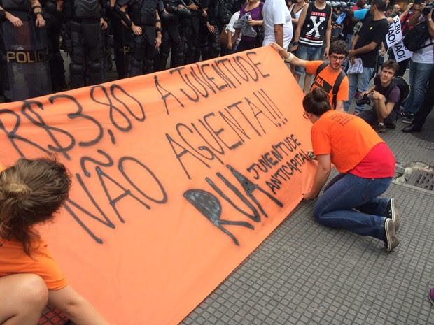 Manifestantes escrevem faixa que será carregada em protesto contra aumento da tarifa do transporte público (Foto: Glauco Araújo/G1)