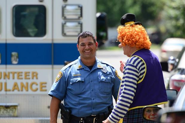 O oficial Niko Pieratos conversa com Jack 'Poppi T Clown' Erbstein após acidente nos EUA (Foto: Northjersey.com, Tariq Zahawi/AP)