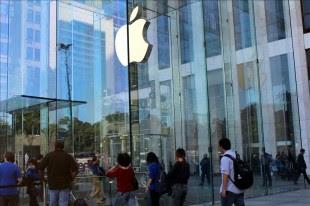 Clientes entran a la tienda de Apple en la Quinta Avenida de Nueva York (EEUU). EFE/Archivo