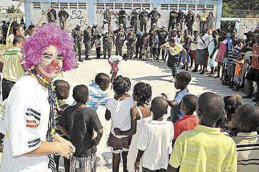Para uma plateia que nunca viu um circo, o soldado Luís Carlos Andrade, morador de Samambaia, se veste de palhaço: noções básicas de crioulo, idioma local (Marcelo Ferreira/CB/D.A Press)