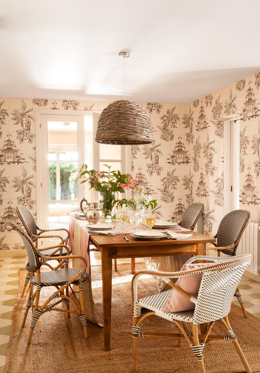 00421015. Office con papel pintado, lámpara de fibras y sillas tipo bistró 00421015
