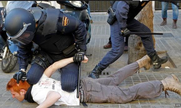 Los pelirrojos no tienen alma. No le dolerá mucho tener 90 kgs de policía encima.