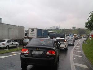 Caminhão carregado de argila tombou e deixou via Dutra congestionada em São José dos Campos (Foto: Edilene Faria/TV Vanguarda)