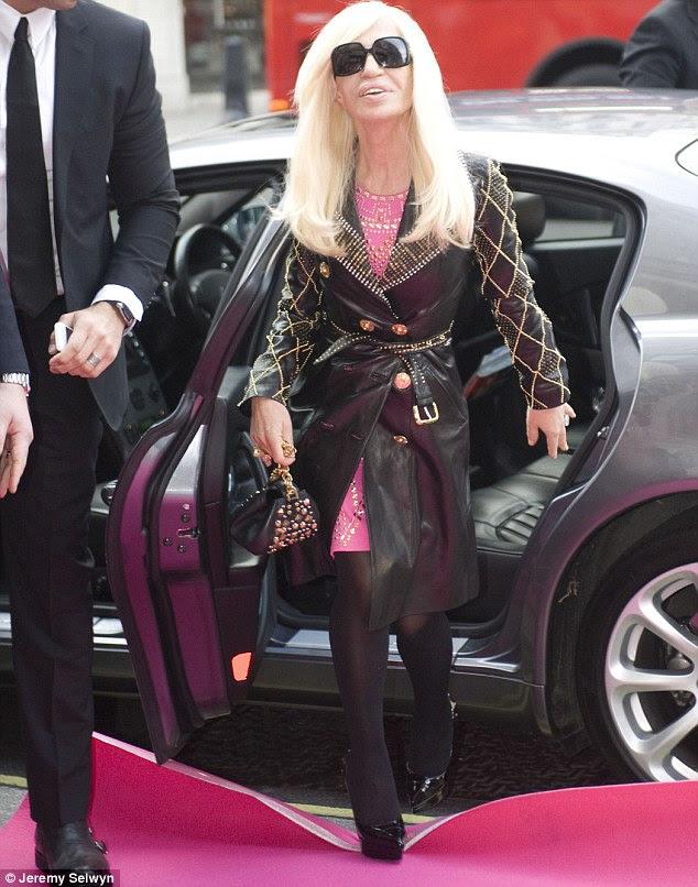 Donatella Versace chega na loja H & M em St Regent Londres para comemorar o lançamento de sua coleção para a H & M