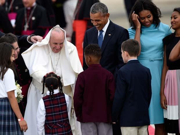 Papa Francisco é recebido por crianças ao chegar nesa terça aos Estados Unidos (Foto: AP Photo/Susan Walsh)
