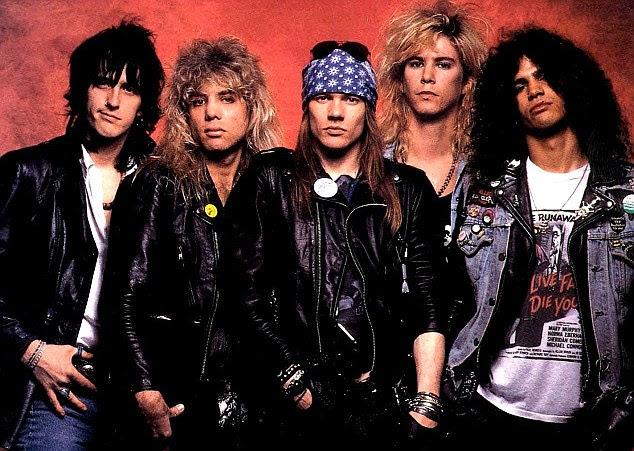 Voltar no dia: Axl (centro) com Izzy Stradlin, Steven Adler, Duff McKagan e Slash