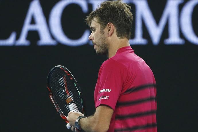 Stan Wawrinka quebra a raquete na semifinal contra Roger Federer no Aberto da Austrália (Foto: REUTERS/Thomas Peter)