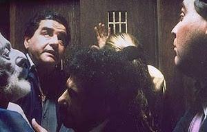 …enquanto o outro elevador se quebra e mantém confinadas pessoas de diferentes níveis sociais. (Sábado, 1995) [Imagem cedida por Ugo Giorgetti]
