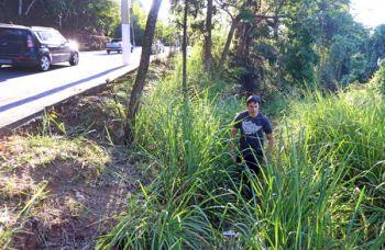 Anderson mostra o local onde começou a busca pelo jovem Matheus na última segunda-feira