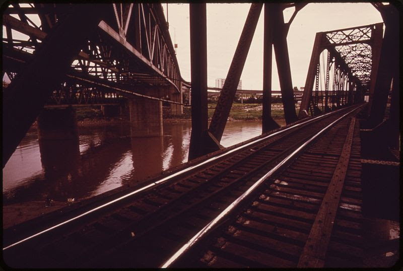 File:INNER CITY VIADUCT AREA WHERE RAILROAD AND AUTO BRIDGES ACROSS THE MISSOURI RIVER JOIN KANSAS CITY, KS, WITH KANSAS... - NARA - 552064.jpg
