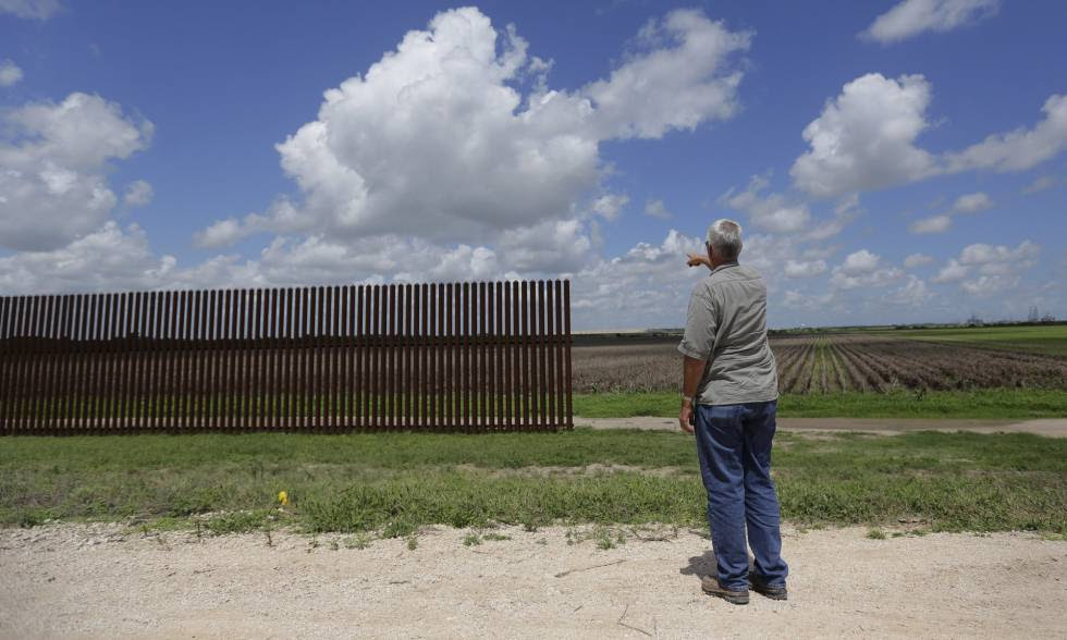 A stretch of fence near to Brownsville, in Texas.