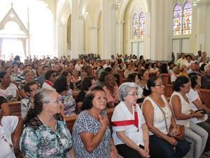 Fieis lotam Catedral na missa de corpo presente de Monsenhor Bernardino (Foto: Juliane Peixinho/ G1)