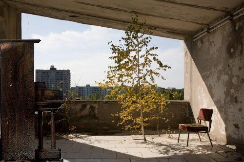 Piano abandonado e o Ar frio soprando pela janela