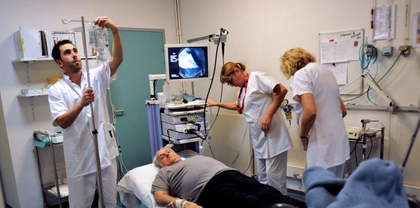Augmenter la charge de travail d'un infirmier fait progresser en moyenne de 7% le risque de mortalité du patient dans le mois qui suit son admission. PHILIPPE HUGUEN / AFP