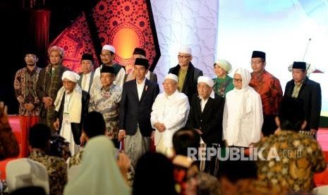 Presiden Joko Widodo (tengah) bersama Ketua Umum MUI KH Maruf Amin (ketiga kanan), Ketum PBNU KH Said Aqil Siradj (kedua kiri), Pengasuh Pondok Pesantren Al Anwar, KH Maimoen Zubair (kedua kanan) serta perwakilan Alim Ulama berfoto bersama usai Halaqah Nasional Alim Ulama di Jakarta, Kamis (13/7) malam.