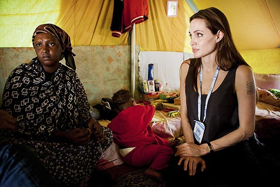 A atriz Angelina Jolie visita refugiados na Tunísia
