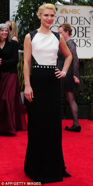 Monocromática de solteira: Claire Danes teamed um vestido preto e branco com brilhantes lábios vermelhos