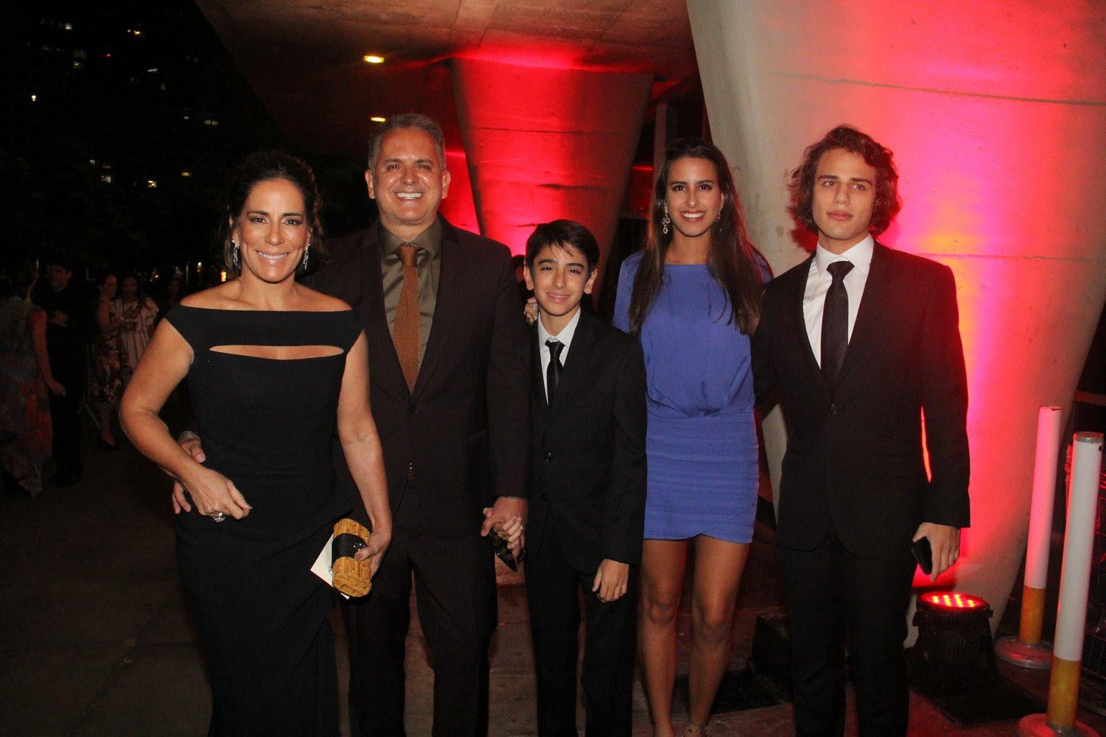 Glória Pires levou a família ao prêmio