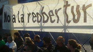 Persones encadenades a la porta del CIE de la Zona Franca (@TanquemElsCIEs)