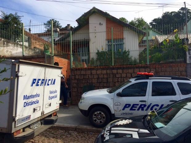 Cinco pessoas são encontradas mortas em casa em Porto Alegre (Foto: Alexandre dos Santos/RBS TV)