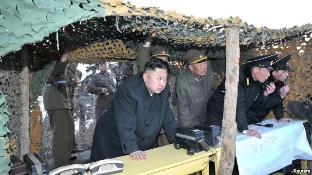 2013年3月25日朝鲜领导人金正恩观看朝鲜人民军军事演习