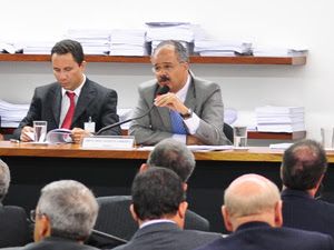O relator da Lei Geral da Copa, deputado Vicente Cândido (à dir.), durante análise do texto na comissão especial da Câmara (Foto: Gustavo Lima/Ag. Câmara)