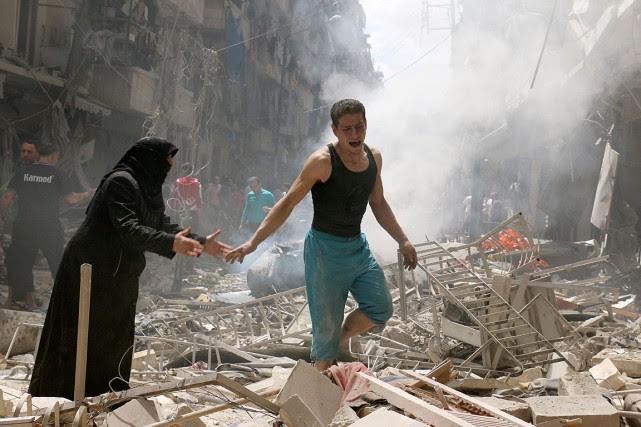 Des bombardements mettent à rude épreuve les habitants... (PHOTO AMEER ALHALBI, AFP)