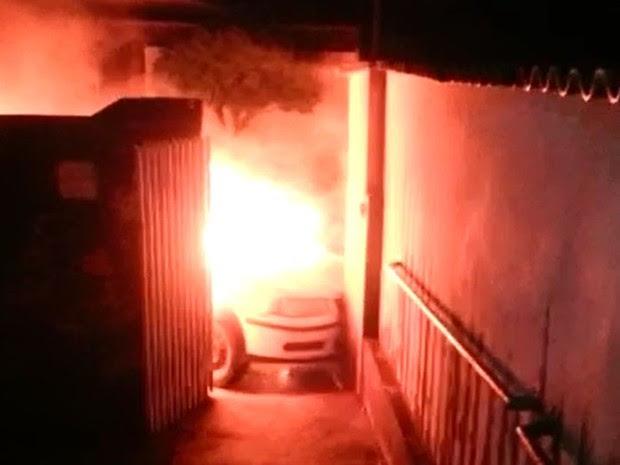 Veículo atingiu o portão já em chamas  (Foto: Arquivo pessoal)