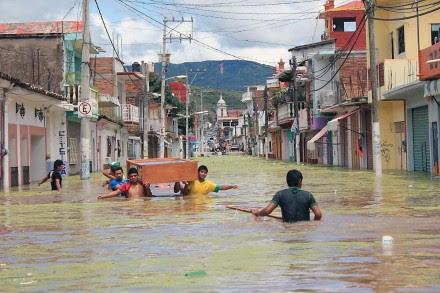 Habitantes de Tixtla, Guerrero, rescatan sus pertenencias. Foto: José Luis de la Cruz