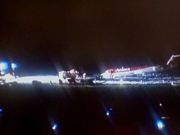 Avião da Avianca que fez pouso de barriga no aeroporto JK nesta sexta-feira (28) (Foto: TV Globo/Reprodução)