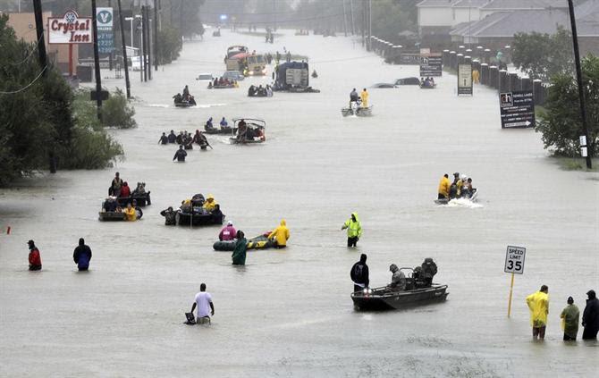 Resultado de imagem para Ordem de evacuação do sul de Houston devido a brechas em dique