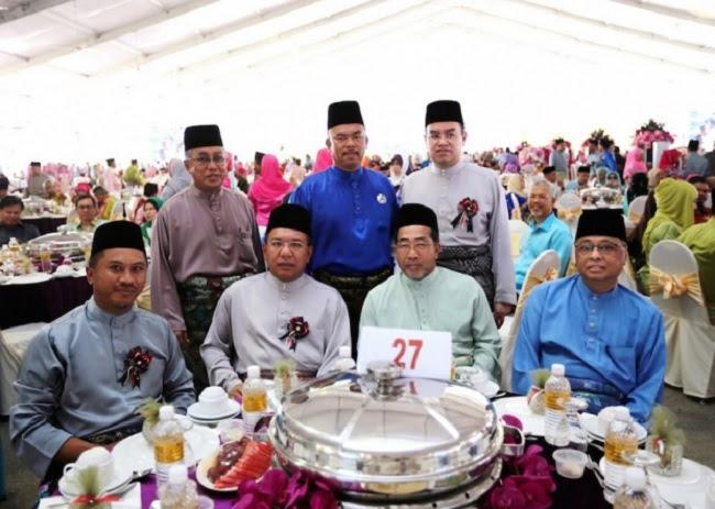 Imagem obtida neste sábado, durante a festa de casamento da filha do primeiro-ministro da Malásia. Sentados, ao centro da imagem, vêem-se  os dois políticos mais conhecidos, que viriam a falecer no acidente do helicóptero, horas depois.