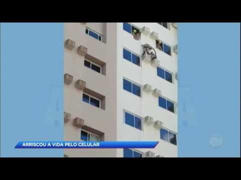 HOMEM QUASE CAI DE PRÉDIO POR CAUSA DO CELULAR; VÍDEO