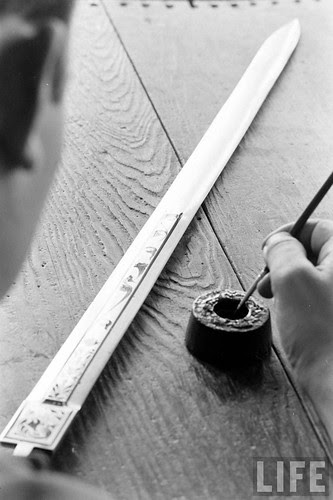 Fábrica de espadas, damasquinado y armaduras de Toledo en 1965. Fotografía de Carlo Bavagnoli. Revista Life (16)