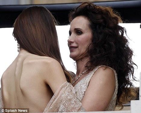 Galinha: Andie exagerando sobre Sarah Margaret em um momento de trégua das câmeras