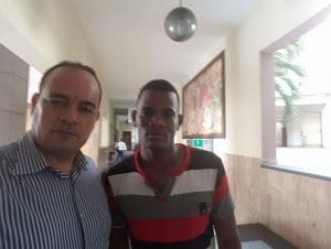 El raso Daurin Muñoz (t-shirt) tras ser entregado por el Palacio de Justicia de Ciudad Nueva a sus parientes.