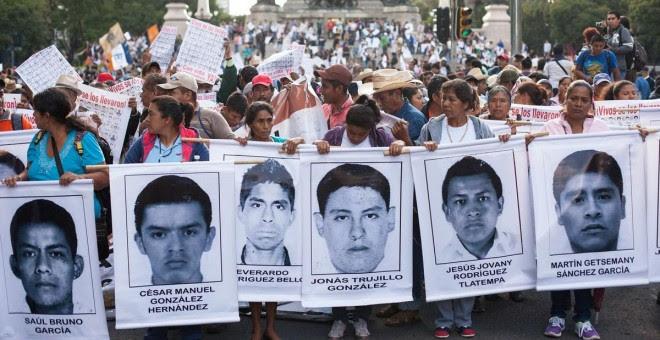 Las familias, compañeros y asociaciones civiles continúan la lucha por encontrar a los 43 / REUTERS
