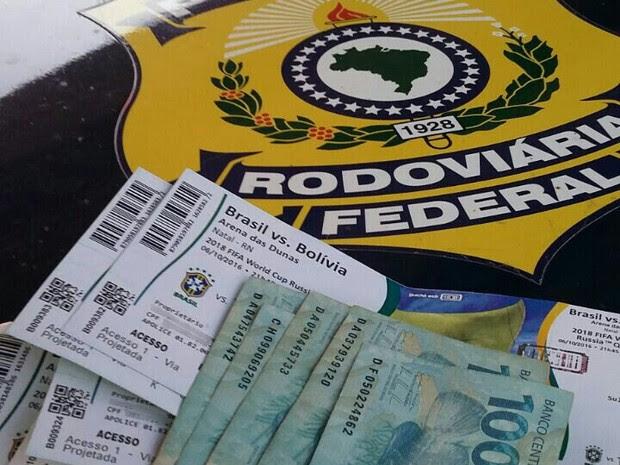 Ingressos e dinheiro foram apreendidos (Foto: Divulgação/PRF)