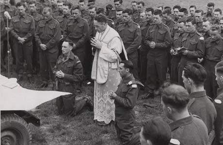 Padre Mike Dalton e tropas canadenses na Europa